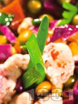 Салата от червено зеле, грах, царевица и пилешко месо от бон филе - снимка на рецептата